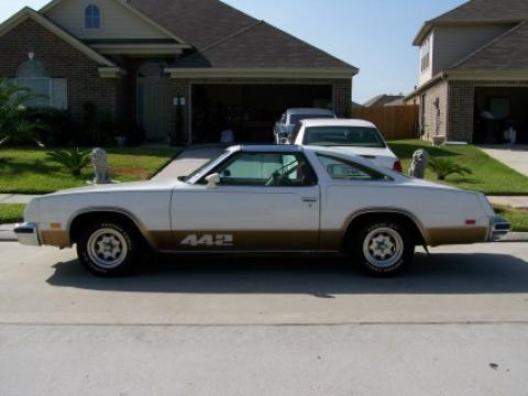 1977 Oldsmobile Cutlass 442 in White/Gold