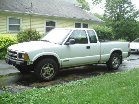 1996 Chevrolet S10 LS Extended Cab in Summit White